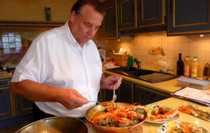 Jean-Pierre rejoint l'équipe de rédaction et devient le directeur de la rubrique 'Cuisine & Gastronomie'.